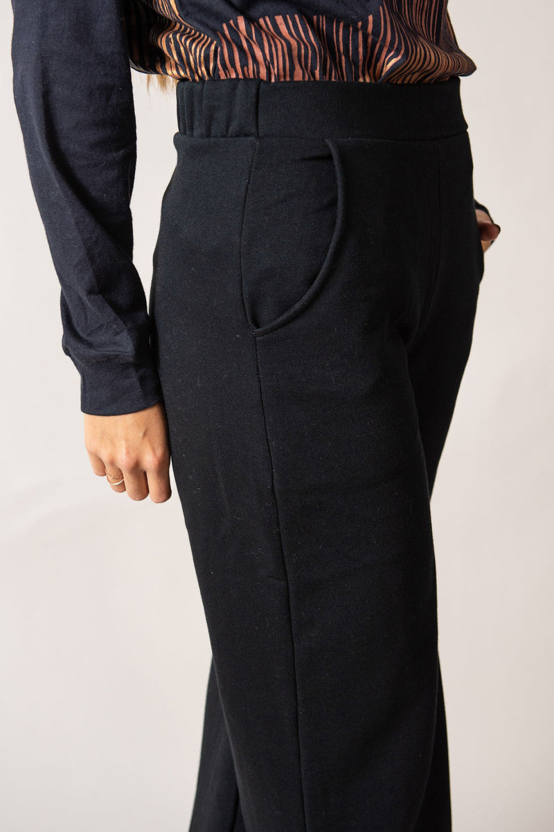 This detail shot of our Jorani pants shoes the side pocket and the elastic waistband.
