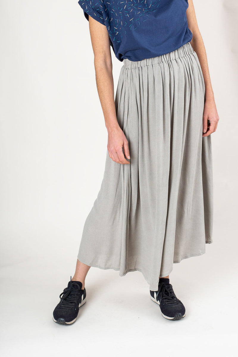 Our sustainably made midi skirt, seen here in grey crepe, has an easy going elastic waistband.