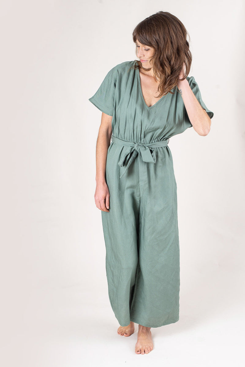 The easy-going elastic waist of our Rachana jumpsuit is covered by a stylish tie belt. Seen here in rosemary linen.