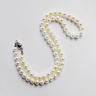 FWP 212 1 Row of white freshwater pearls 44cm long.