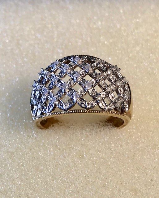 RIN 042 18k. Gold ring w/encrusted diamonds size O.