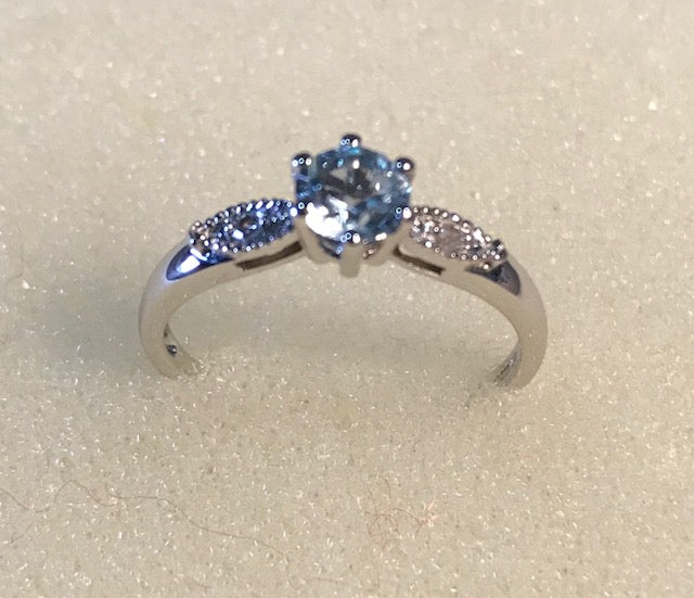 RIN 072 White gold 9k. w/blue topaz/diamonds size P.