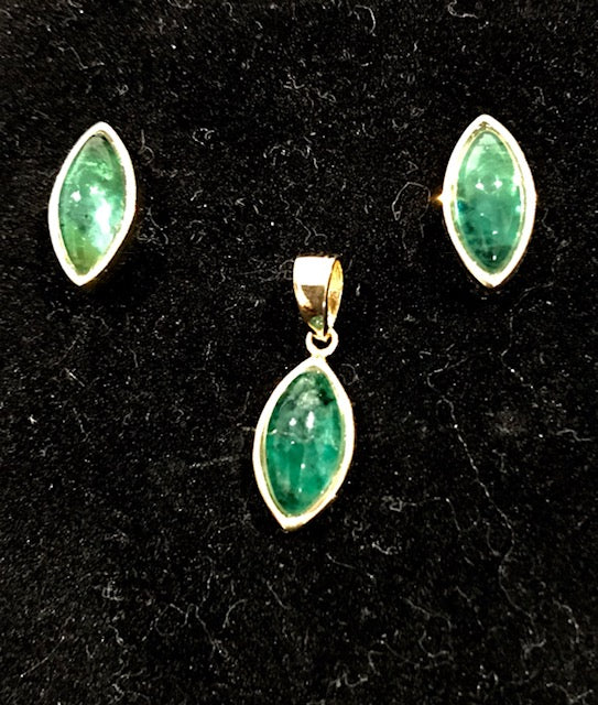 SET 122 Set of Brazilian Emeralds oval gold pendant and earrings.