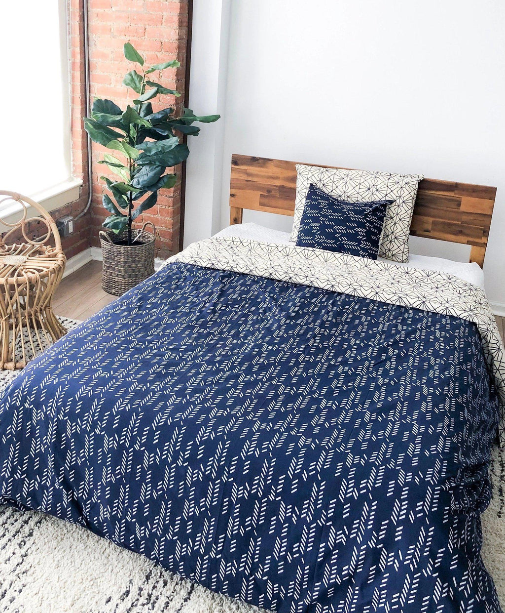 Organic Cotton Bedding Set in Art Deco/Stylized Feather Navy + Cream