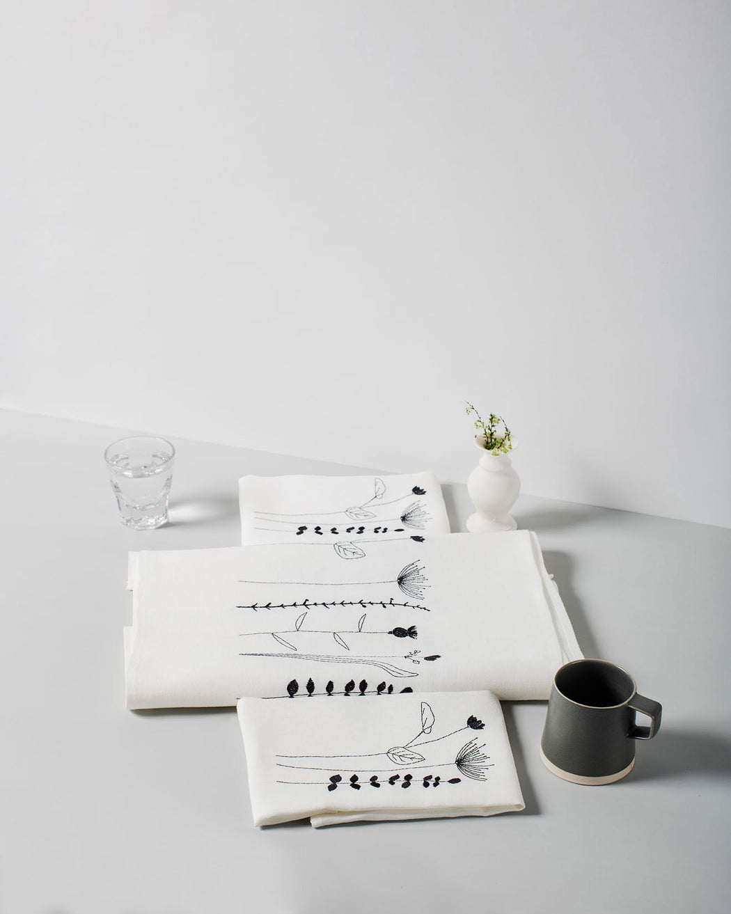 'Irish Wildflower' Irish Linen Table Runner & 12 x Napkin Gift Set black