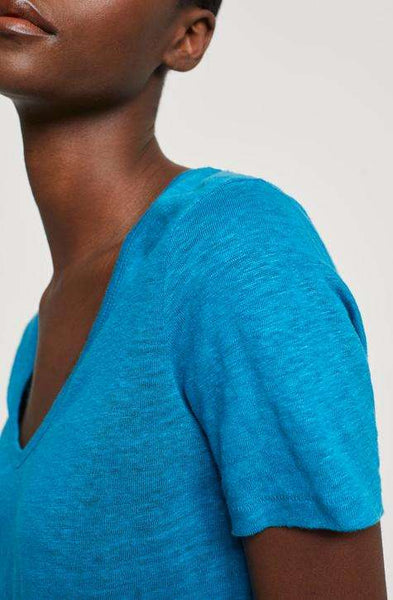 Women's Deep Water linen top | CLOSED | Affairedefemmes.net | This top is perfect for hot summers! get the basic colors in your summer wardrobe right now and give your summer a second try !