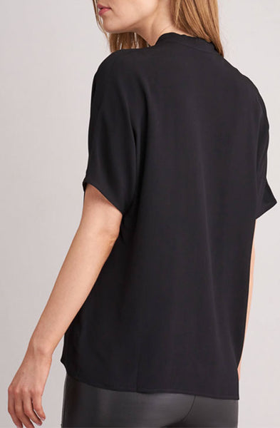 Repeat Cashmere | Lightweight woven fabric V-neck with sequins Short batwing sleeves Straight-cut blouse Wide and casual Front pleat Hand wash, dry cleaning possible 100% Viscose | BLOUSE WITH SEQUINED V-NECKLINE | Boutique Affairedefemmes.net