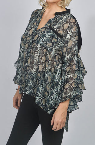 The LIZ shirt is a generous fluid body shirt with dramatic and asymmetric flounced high-low sleeves. Anne Fontaine in-store Affairedefemmes.net