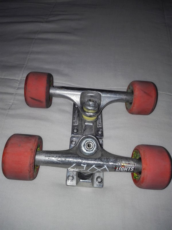 Trucks Thunder 139 con ruedas OjII 55 mm 97 con rulemanes