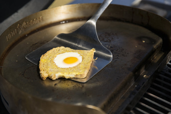 Removing the bread with egg from te griddle