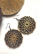 Load image into Gallery viewer, Zina Flower Earrings