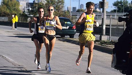 Paula Radcliffe being paced by Weldon at the Chicago Marathon