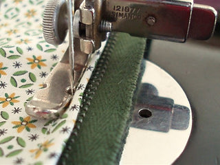 Load image into Gallery viewer, Zipper Cording Foot, Wide, Singer (Vintage Original)