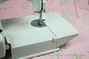 Singer Featherweight 221 Sewing Machine, WHITE EV989***