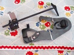 Load image into Gallery viewer, Underbraider and Quilt Guide Attachment Set, Singer (Vintage Original)