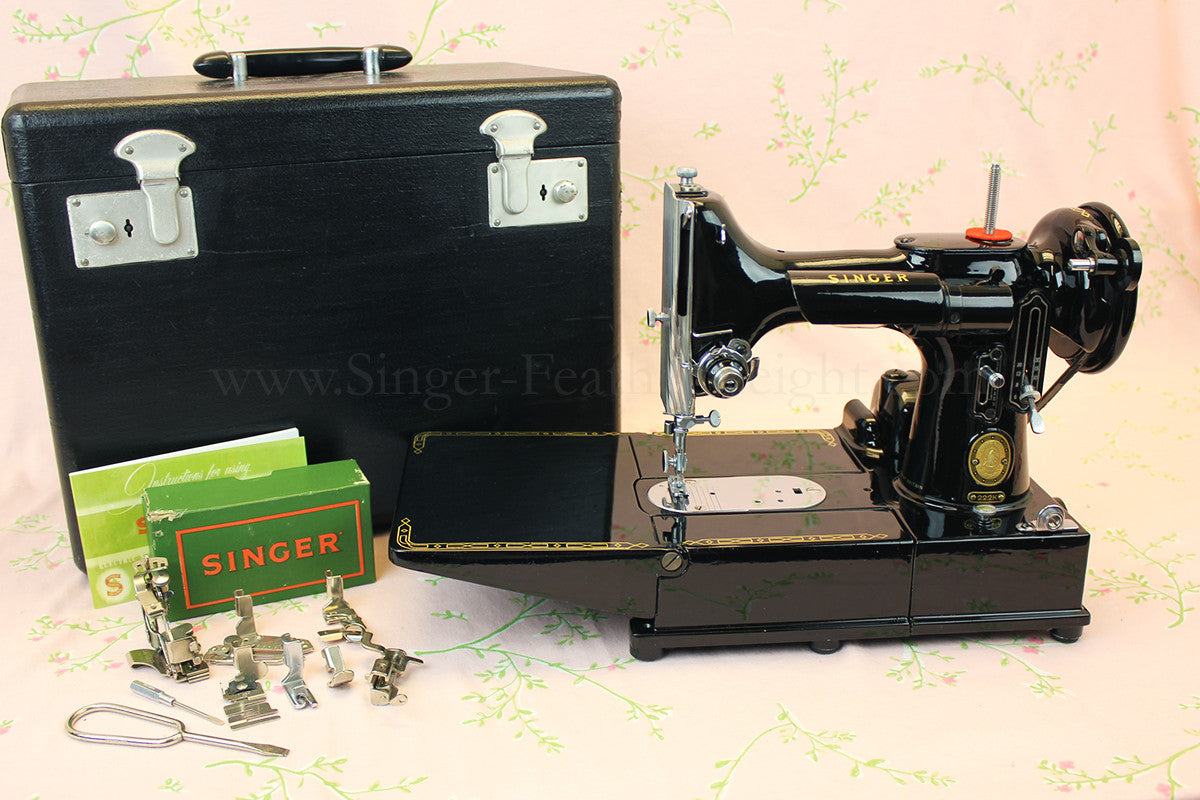 Singer Featherweight 222K Sewing Machine EM6046**