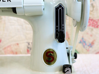 Load image into Gallery viewer, Singer Featherweight 221K Sewing Machine, WHITE EV9057**