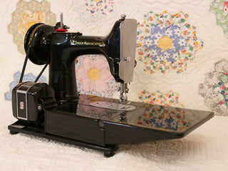 Load image into Gallery viewer, Singer Featherweight 222K Sewing Machine EN137***