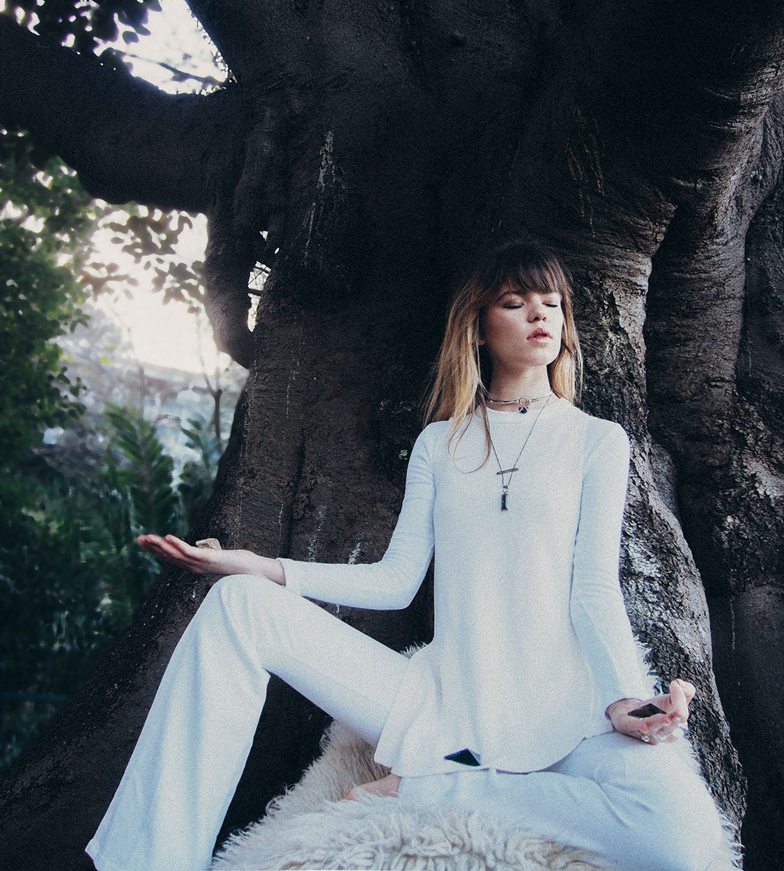 Ondine-maniamania-how-to-meditate-with-crystals-commune-modern-mystic-2
