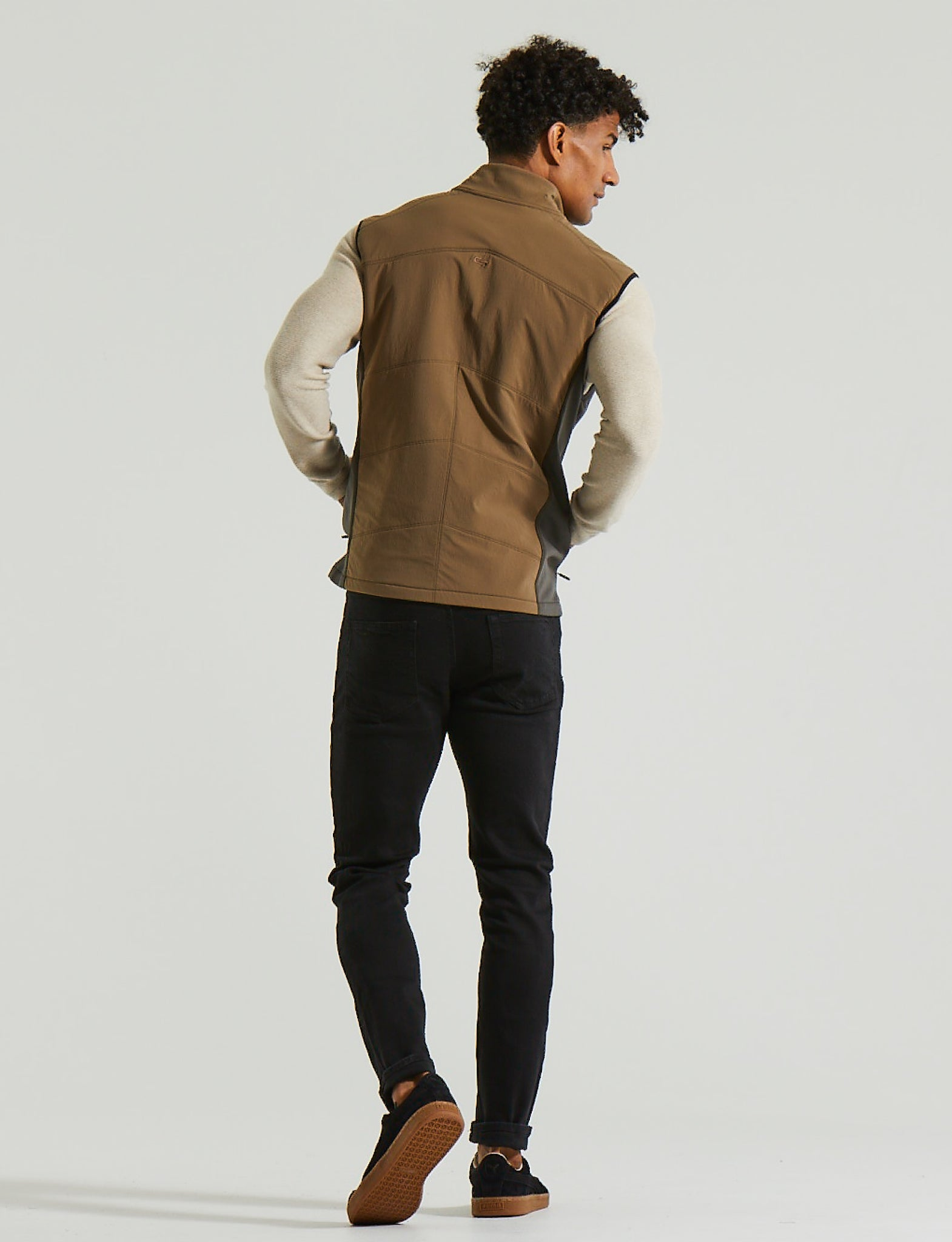 Man wearing Discovery Vest, color:Teak
