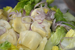 artichokes salad with onion and lettuce