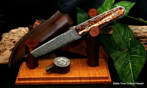 Hunting knives in your choice of style and size. Shown here a 135mm hunter in a rustic-style stand