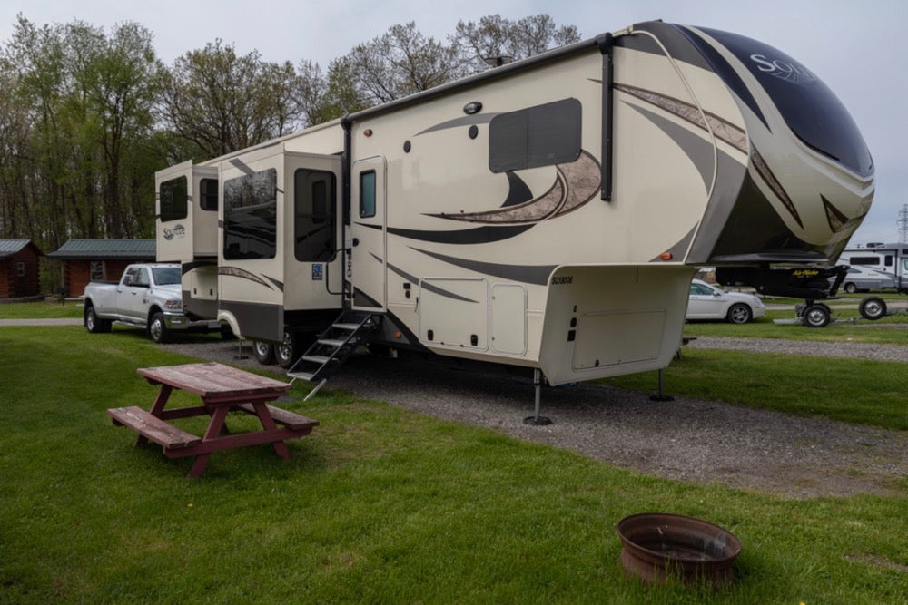 fifth wheel leveled with the help of rv snappads