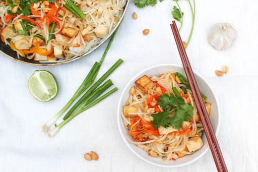 Thai noodle dish with spring onions