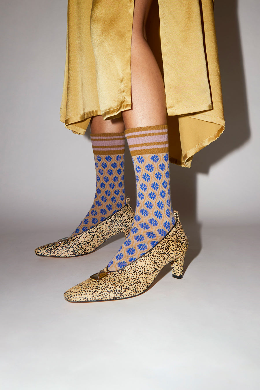 Exquisite J Flower Socks in Beige and Blue