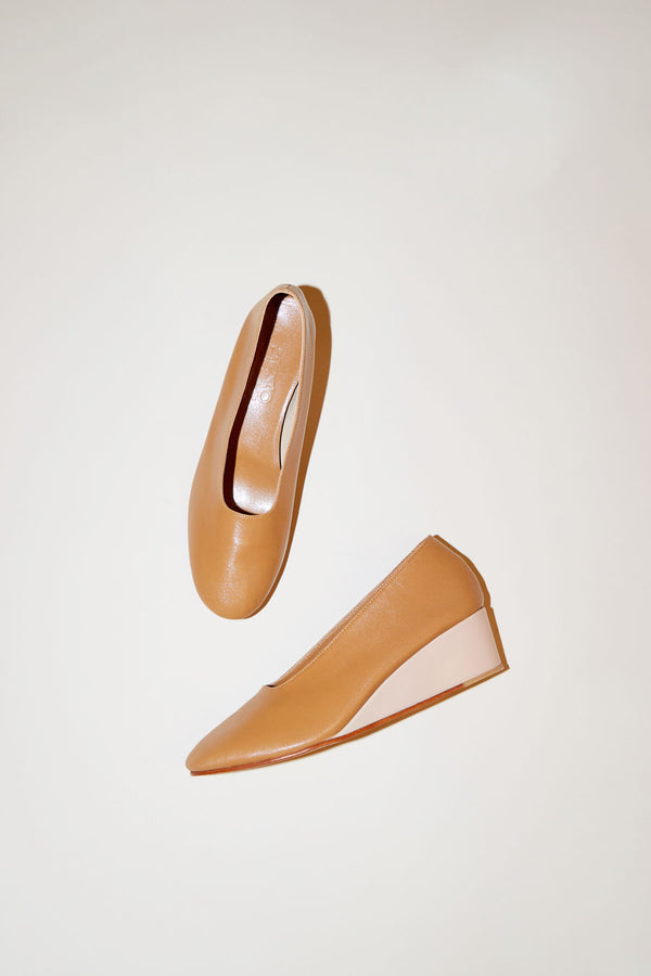 Martiniano Glove Wedge in Camel/Makeup