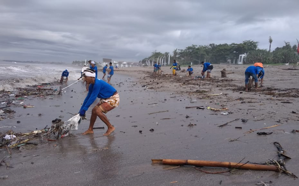 4ocean Employees Cleaning the Beach in Bali