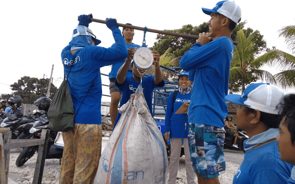 4ocean Employees Weight Trash Collected in Bali
