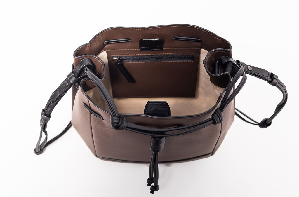 The Bucket Crossbody in Technik-Leather in Taupe & Black