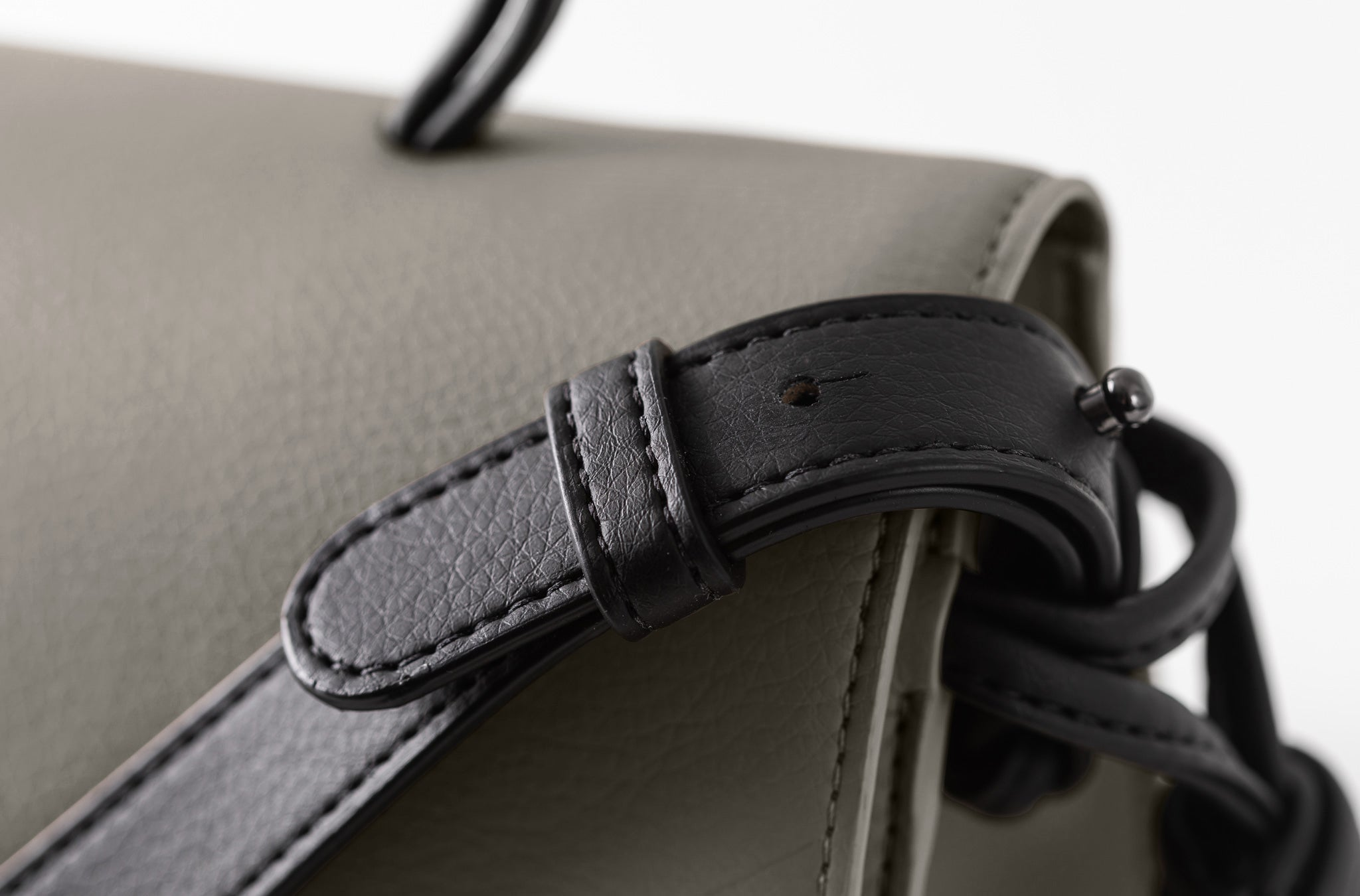 The Handheld in Technik-Leather in Stone and Black