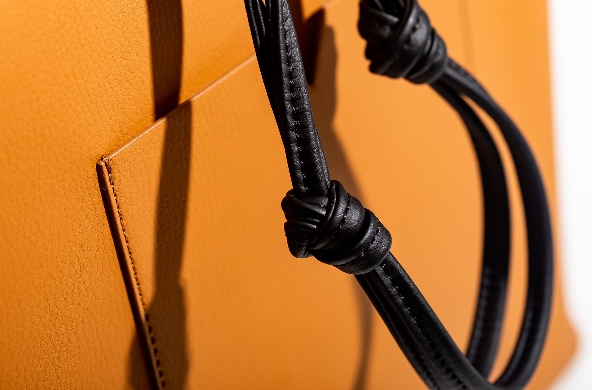 The Market Tote in Technik-Leather in Caramel and Black
