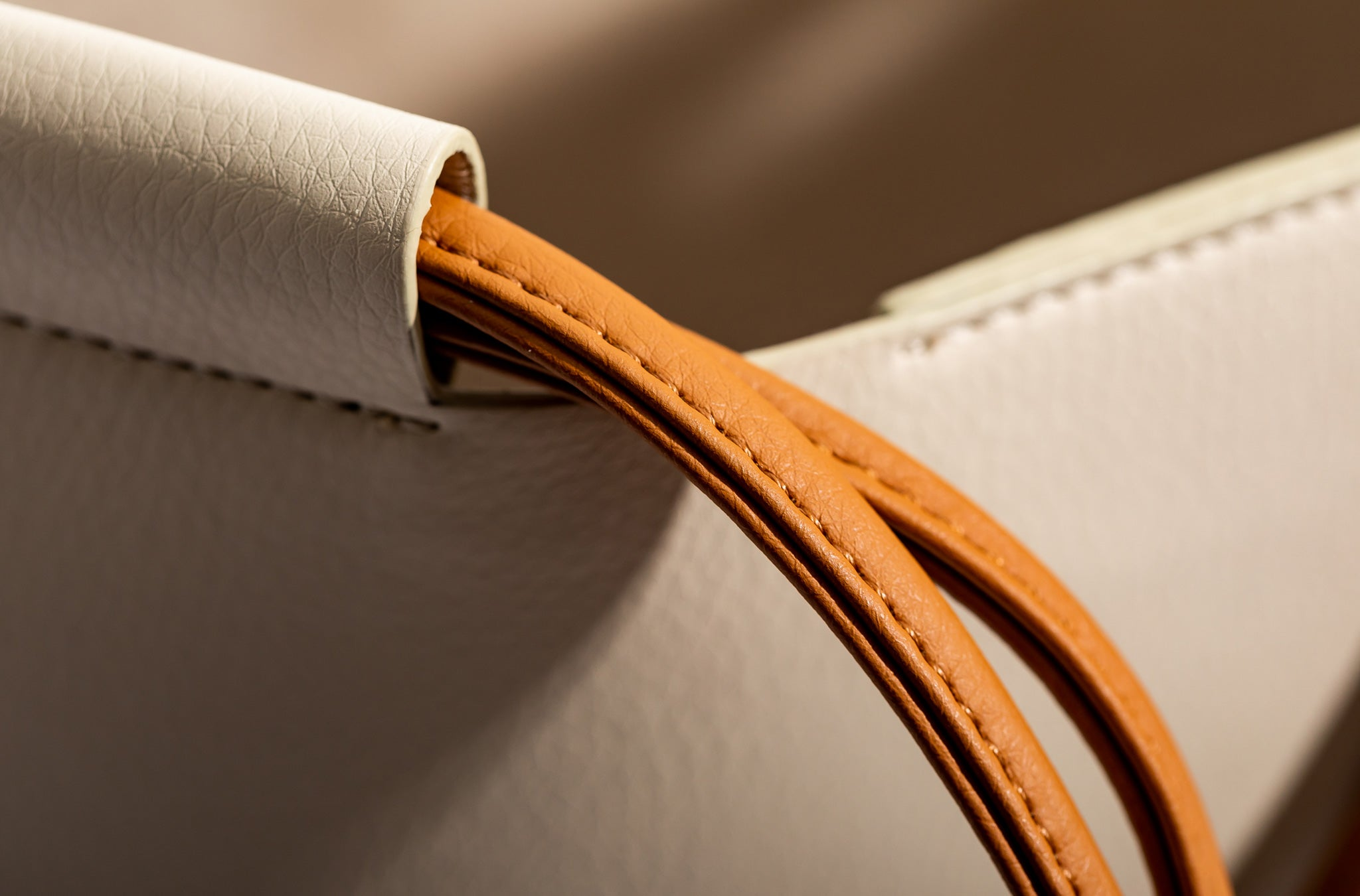 The Market Tote in Technik-Leather in Oat and Caramel