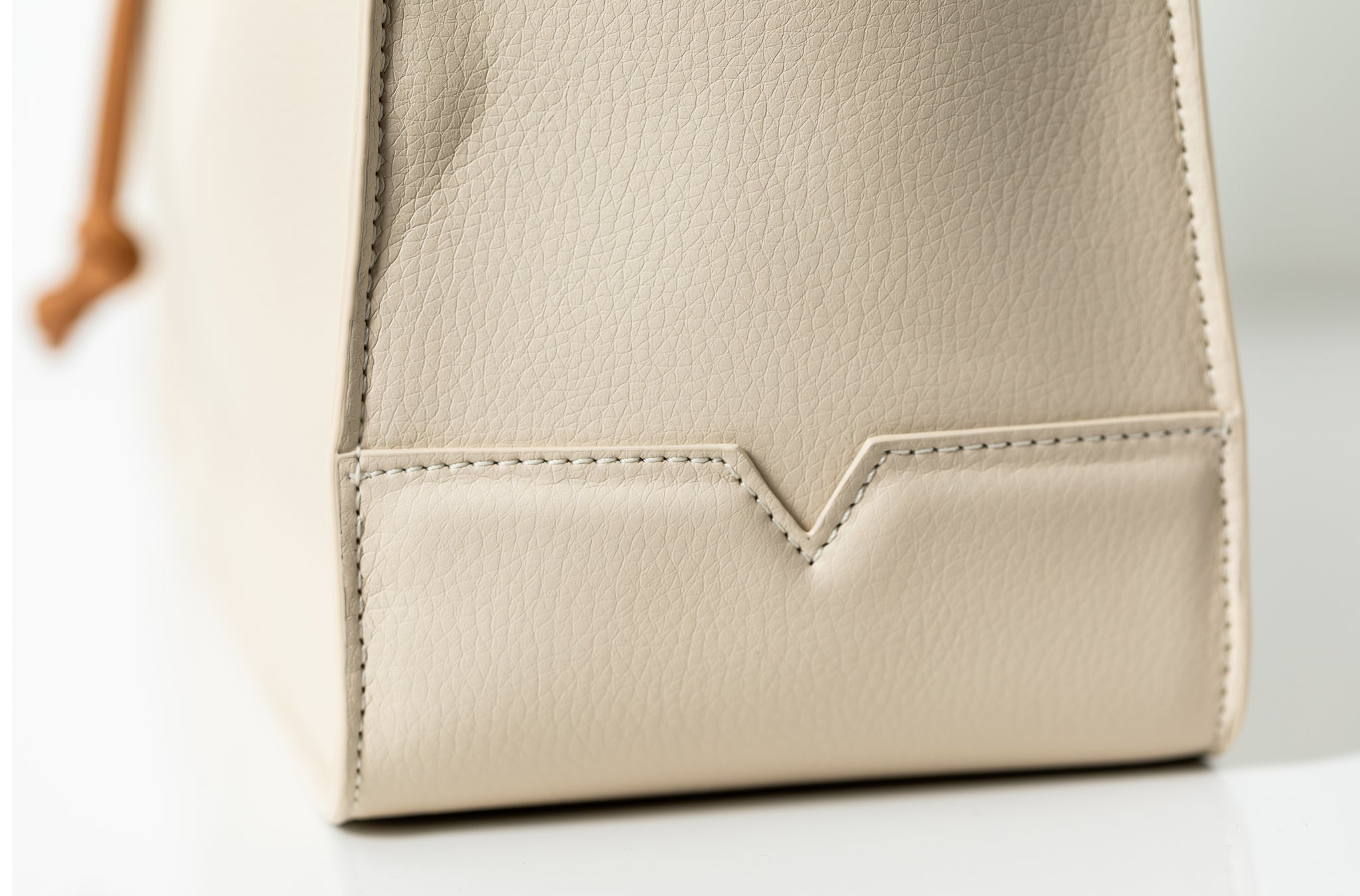 The Medium Shopper in Technik-Leather in Oat and Caramel