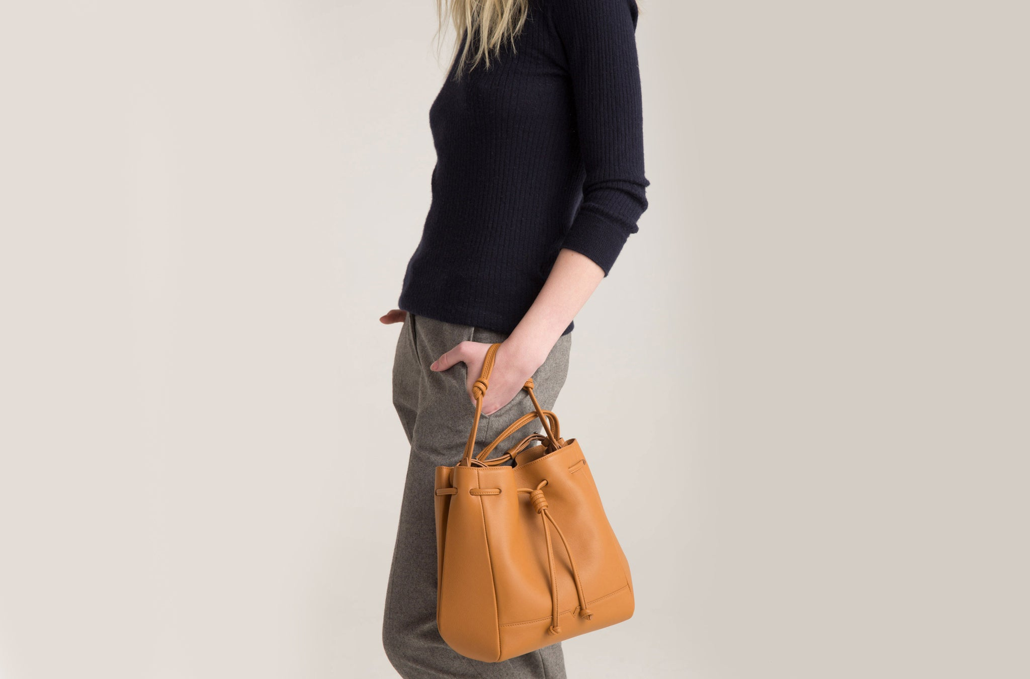 The Bucket Crossbody in Technik-Leather in Caramel