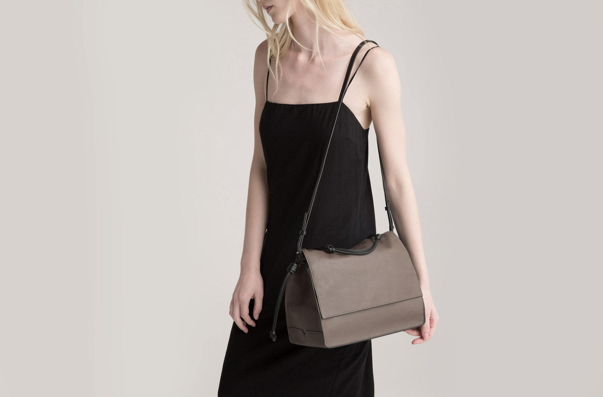 The Handheld in Technik-Leather in Taupe and Black