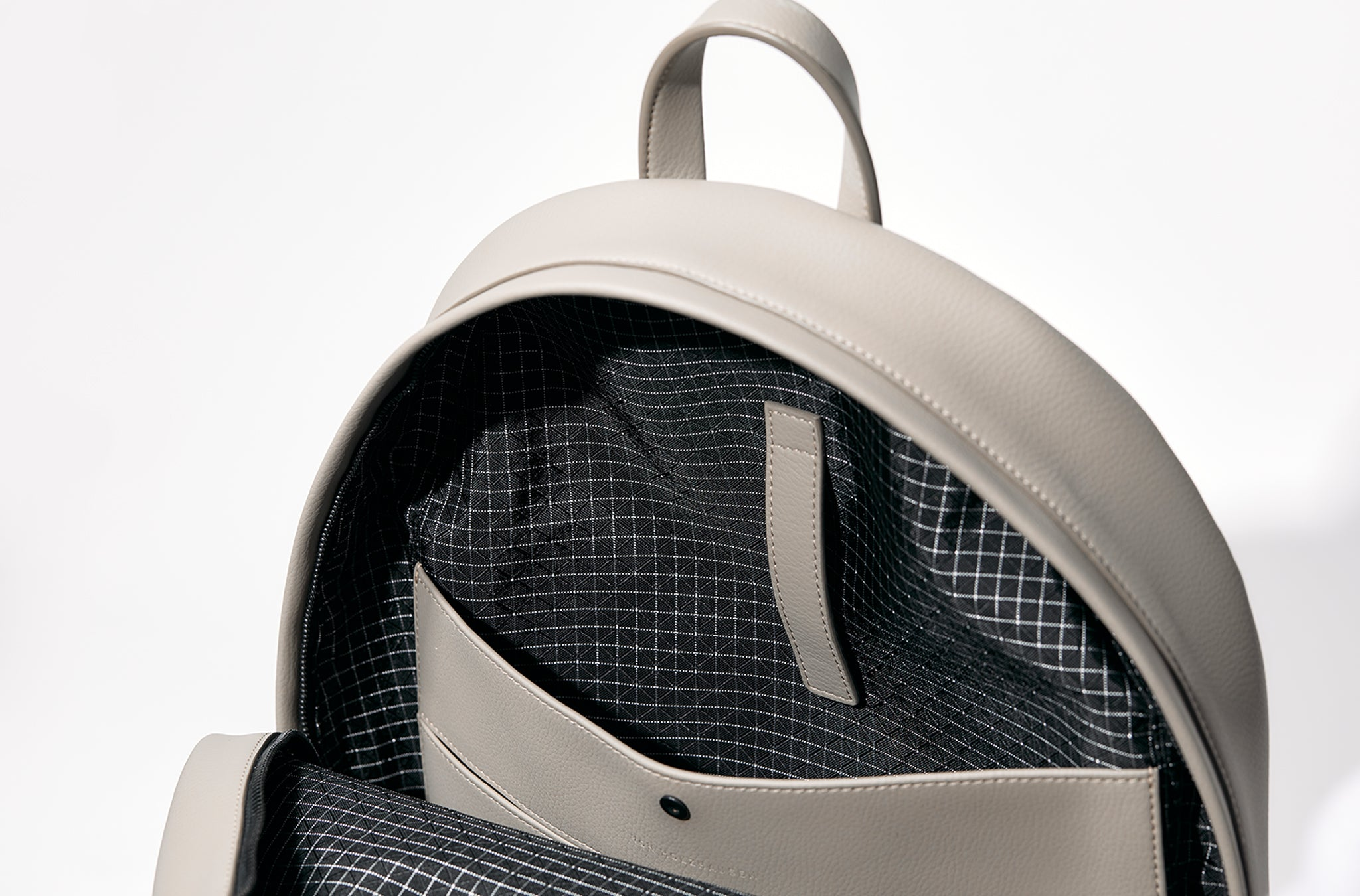 The Backpack in Technik-Leather in Stone