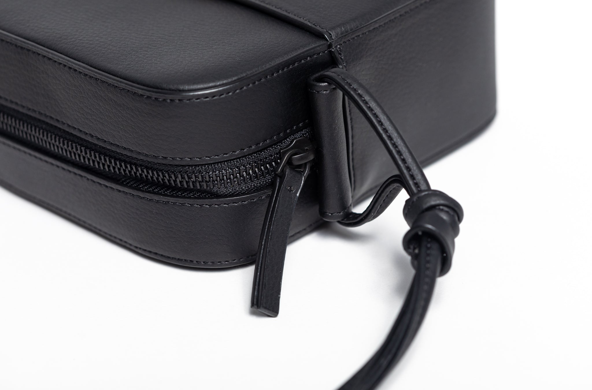 The Zipper Crossbody in Technik-Leather 2.0 in Black