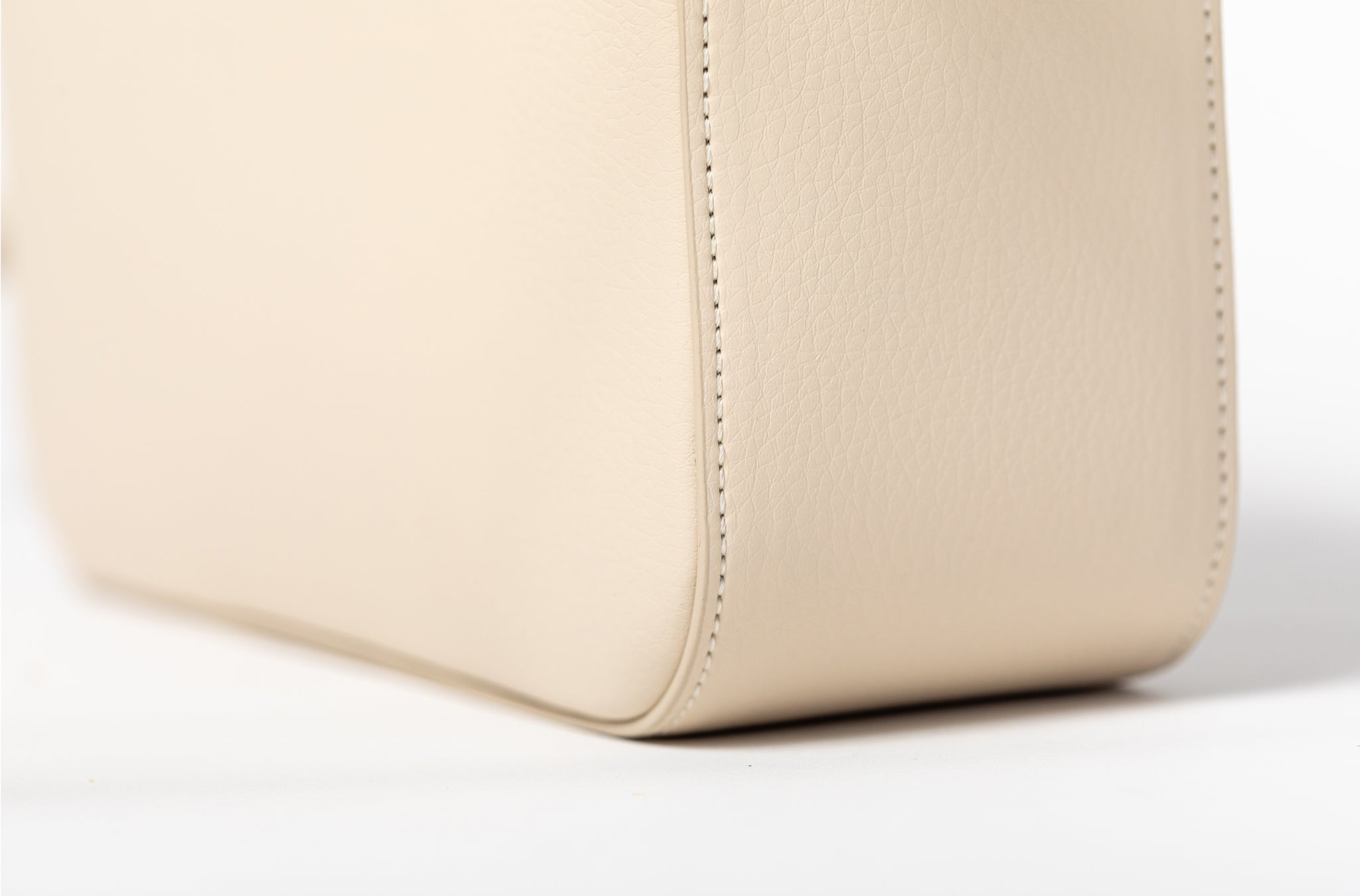 The Zipper Crossbody in Technik-Leather 2.0 in Oat