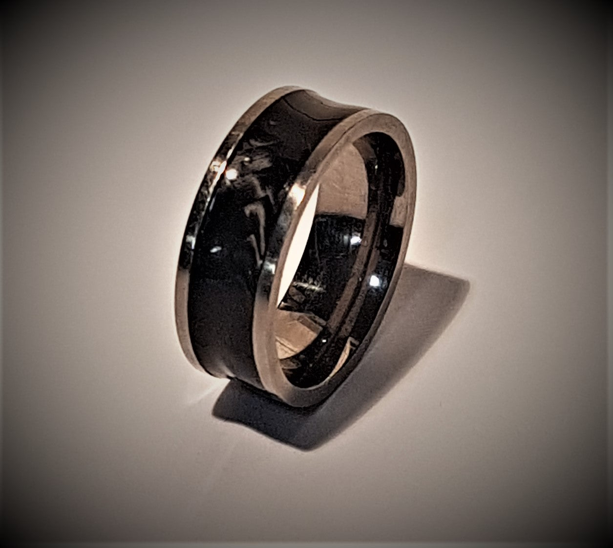 Titanium and carbon fibre, 8mm, band ring