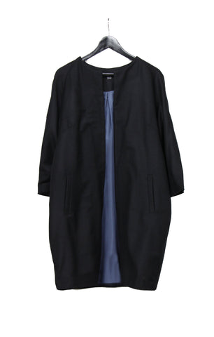 Black sleek wollen coat with three-quarter length sleeves and grey blue lining