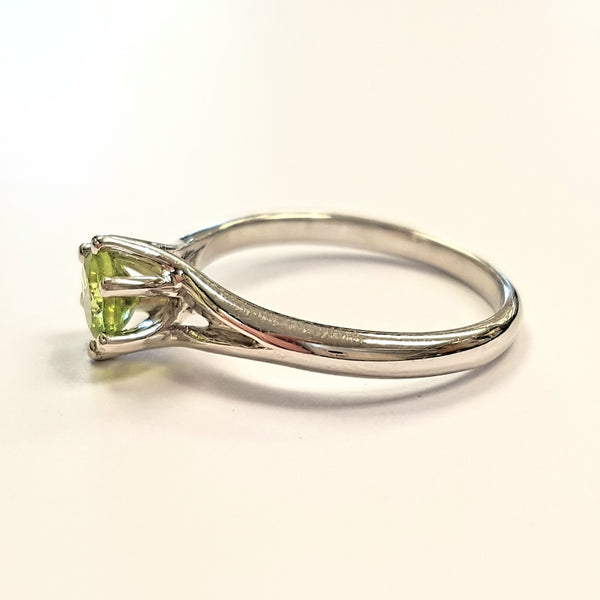 18ct White Gold Ring, 18ct white gold 6 claw basket setting with 5mm round faceted peridot stone 33288