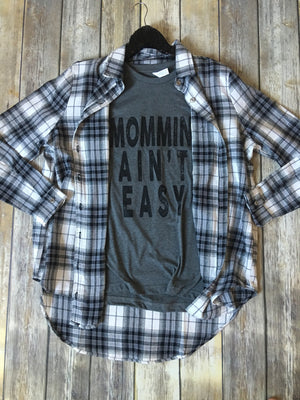 "The ""Mommin' Ain't Easy"" tee- XL Only - Comfy and Chic Boutique"