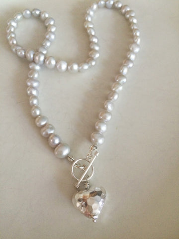 "GREY FRESHWATER PEARL NECKLACE AND SILVER HEART PENDANT ""MELODY"" (GREY OR WHITE)"