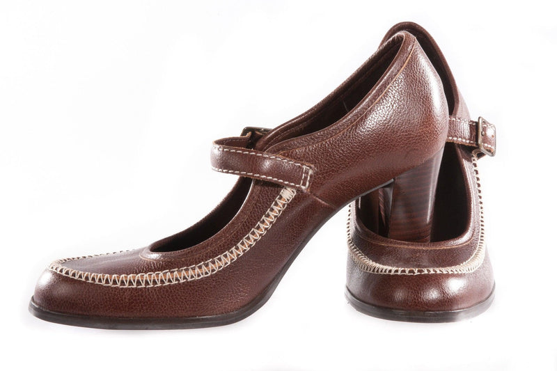 Brown heeled shoes with cream stitching