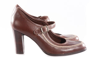 Brown heeled shoes with cream stitching side