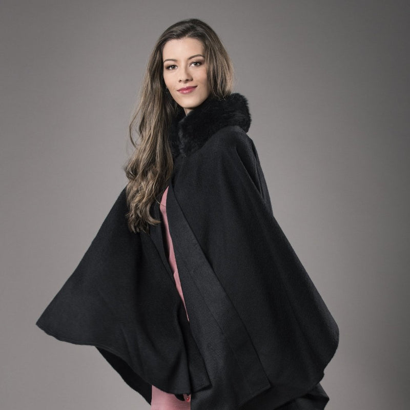 Black alpaca cape with a collar of alpaca fur made of 100% Peruvian alpaca wool